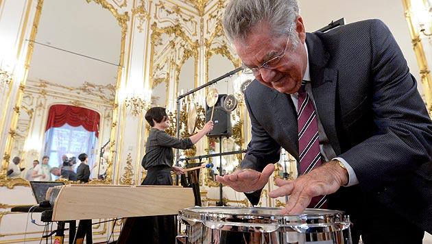 Bundespräsident Fischer beweist Rhythmusgefühl an der Trommel. (Bild: APA/Herbert Neubauer)