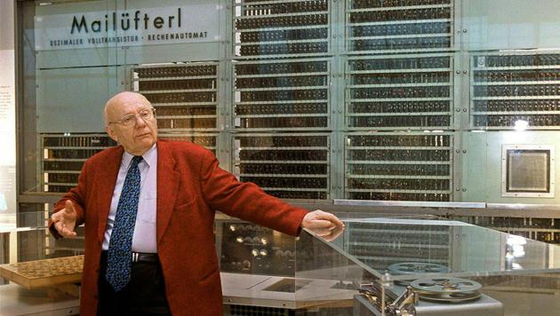 """Heinz Zemanek vor seiner wohl bedeutendsten Schöpfung, dem Transistor-Computer """"Mailüfterl"""" (Bild: APA/SCHNEIDER HARALD)"""