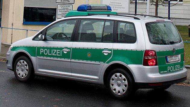 Düsseldorf: Bub stiehlt Streifenwagen der Polizei (Bild: APA/EPA/Sebastian Kahnert (Symbolbild))