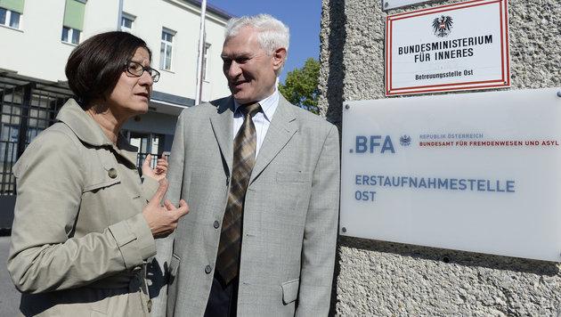 Innenministerin Johanna Mikl-Leitner mit dem Leiter der Erstaufnahmestelle Ost, Franz Schabhüttl (Bild: APA/ROBERT JAEGER)