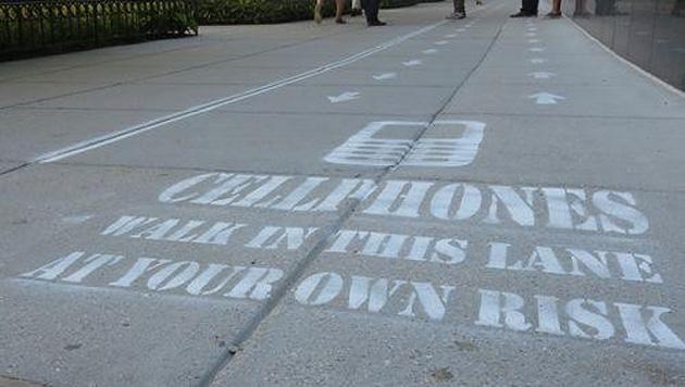 Handynutzer bekommen eigene Spur auf dem Gehsteig (Bild: Rob Pegoraro/Yahoo Tech)