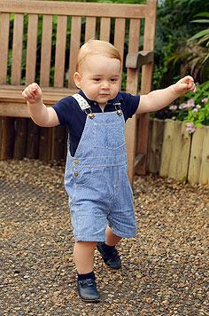 Flott unterwegs ist George auf diesem, anlässlich seines 1. Geburtstages, veröffentlichten Fotos. (Bild: APA/EPA/John Stillwell)