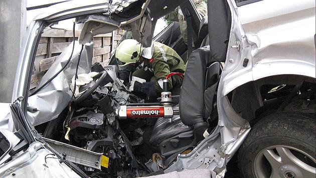41-Jähriger prallt mit Auto gegen Lärmschutzwand (Bild: APA/FF JETZELSDORF)