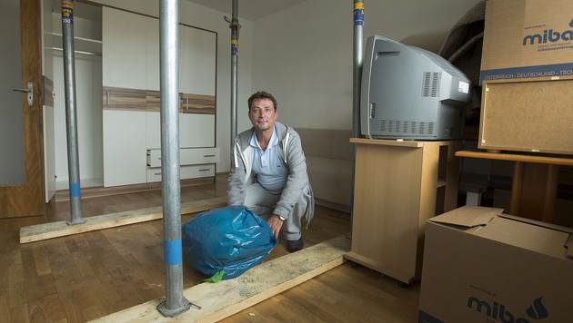 Peter Cornel packt in seiner stark beschädigten Wohnung ein paar Habseligkeiten zusammen. (Bild: Christian Forcher)