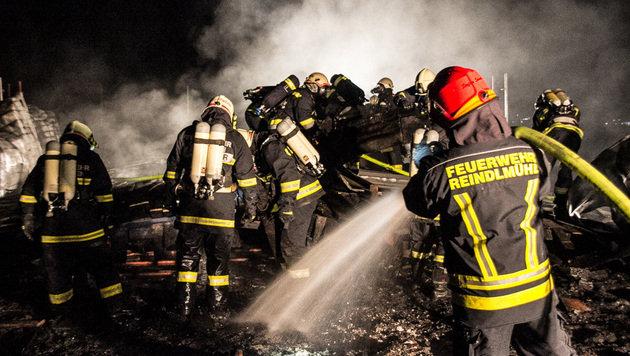 Schule stand in Flammen: Drei Florianis verletzt (Bild: APA/STEFAN PAMMINGER/BFKDO GMUND)