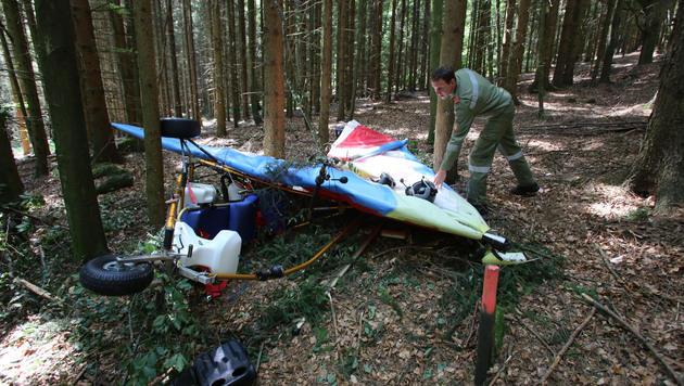 Feuerwehr-Einsatzleiter Rudolf Tuma inspiziert das Leichtflugzeug-Wrack an der Absturzstelle. (Bild: Chris Koller)