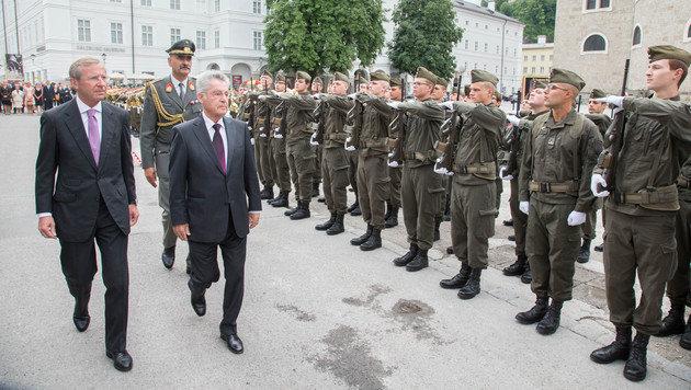 Landeshauptmann Wilfried Haslauer und Bundespräsident Heinz Fischer beim Abschreiten der Garde (Bild: APA/NEUMAYR/MMV)