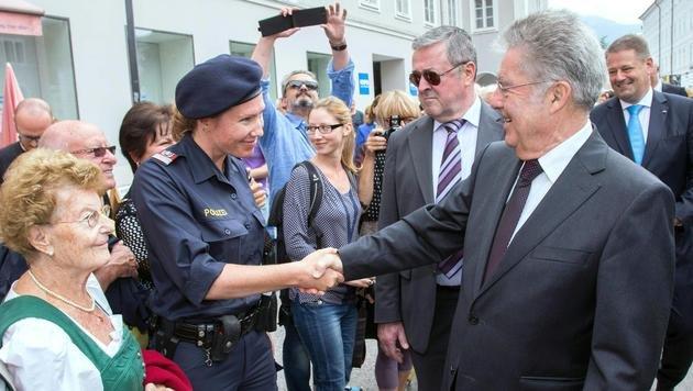 Bundespräsident Heinz Fischer begrüßt Zaungäste. (Bild: APA/NEUMAYR/MMV)