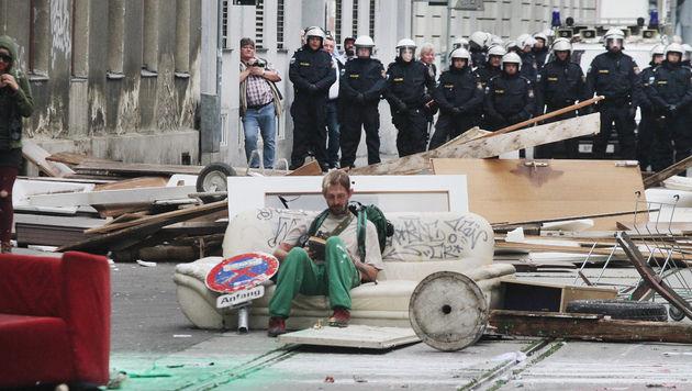 Wiener Polizei führte 19 Hausbesetzer ab (Bild: ANDI SCHIEL)