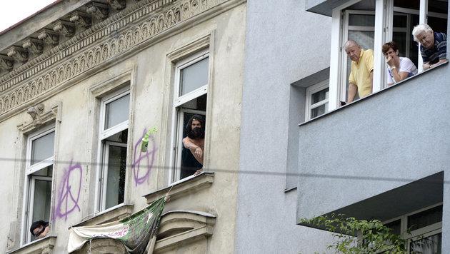 Wiener Polizei führte 19 Hausbesetzer ab (Bild: APA/HERBERT NEUBAUER)