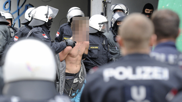 Wiener Polizei führte 19 Hausbesetzer ab (Bild: APA/HERBERT P. OCZERET)