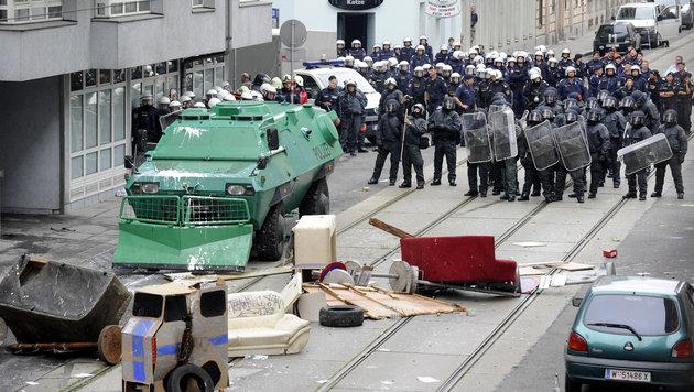Wiener Polizei führte 19 Hausbesetzer ab (Bild: APA/HERBERT OCZERET)
