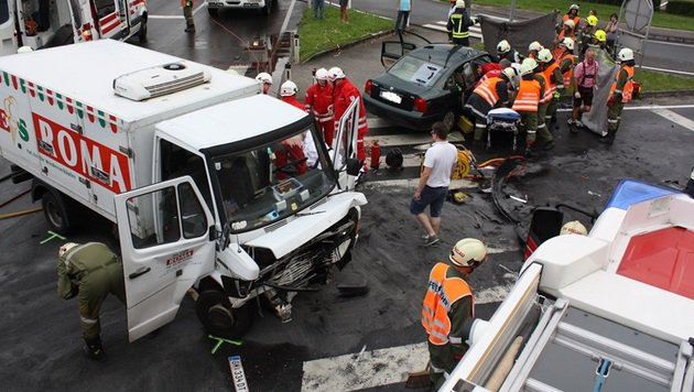 Laster kollidiert in OÖ mit Auto - drei Verletzte (Bild: FF Regau)