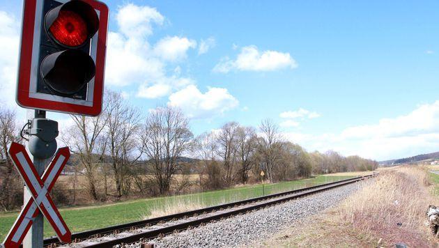 Zug kollidiert mit Auto: Pkw-Lenker getötet (Bild: APA/MARKUS LEODOLTER (Symbolbild))