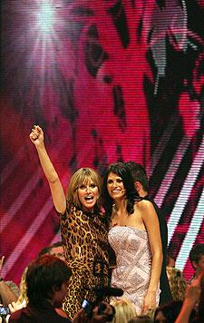 Alisar Ailabouni mit Heidi Klum nach ihrem Sieg bei der TV-Show 'Germany's next Topmodel' 2010.