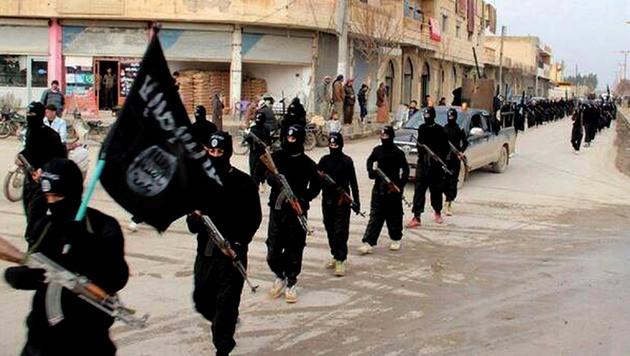 Kämpfer der Al-Kaida-Splittergruppe IS (vormals ISIS) marschieren in Syrien auf. (Bild: AP)