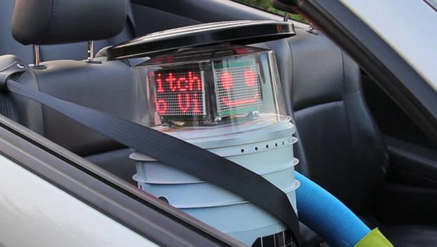 """""""HitchBot"""": Ein Roboter trampt durch Kanada (Bild: twitter.com/nlynnbogart)"""