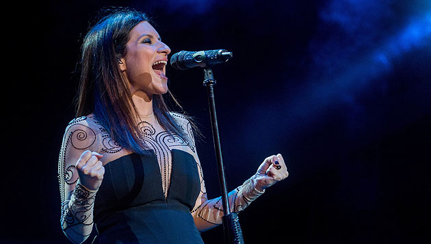 Laura Pausini lässt bei Konzert tief blicken (Bild: EPA/GABRIELE PUTZU)
