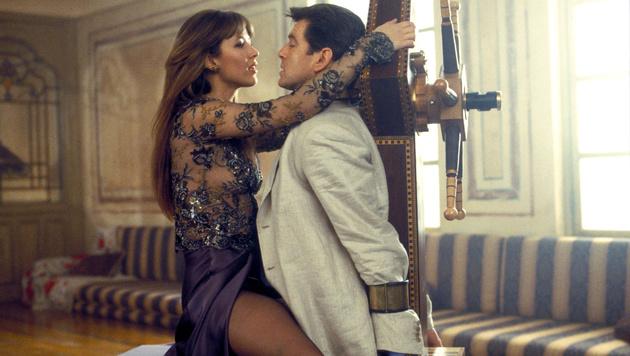 """Sophie Marceau und Pierce Brosnan in """"James Bond - Die Welt ist nicht genug"""" (Bild: AP)"""