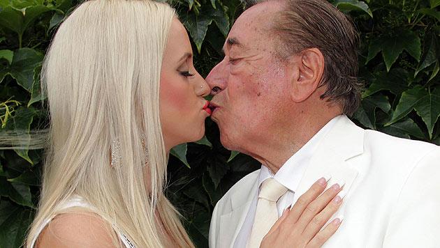 Richard Lugner küsst liebevoll seine Verlobte Cathy Schmitz. (Bild: Daniel Raunig)