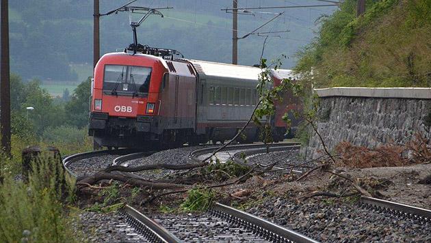 Ein Murenabgang auf der Südbahnstrecke im Raum Schlöglmühl (Bild: APA/EINSATZDOKU.AT)