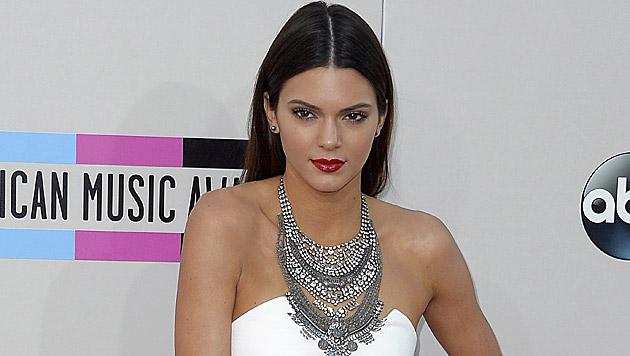 Kendall Jenner posiert splitterfasernackt (Bild: APA/EPA/PAUL BUCK)