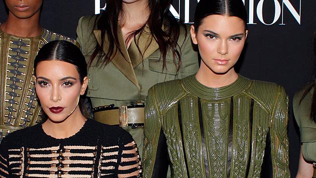 Kendall Jenner posiert splitterfasernackt (Bild: AP)