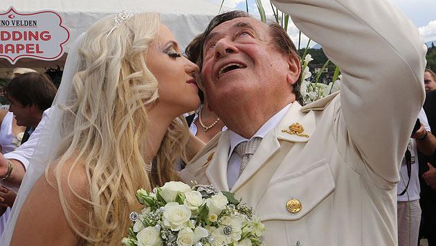 """""""Spatzi"""" gibt ihrem Verlobten einen Kuss. (Bild: Uta Rojsek-Wiedergut)"""