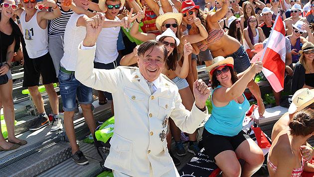 Der Society-Baumeister feierte sich beim Beacholleyball-Turnier für die Verlobung warm. (Bild: Evelyn Hronek)