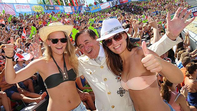 Natürlich ließ es sich der Noch-Junggeselle nicht nehmen, mit schönen Bikini-Girls zu posieren. (Bild: Evelyn Hronek)