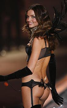 Miranda Kerr entzückt am Laufsteg der 'Victoria's Secret'-Show mit ihrem knackigen Po. (Bild: AP/Jason DeCrow)