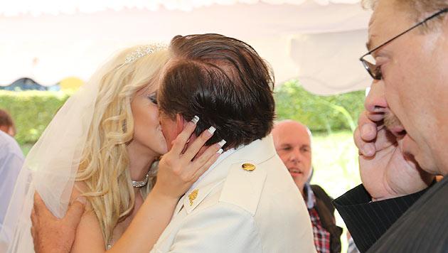"""""""Spatzi"""" küsst Lugner nach dem Antrag. Ihr Vater kann die Tränen der Rührung nicht unterdrücken. (Bild: Uta Rojsek-Wiedergut)"""
