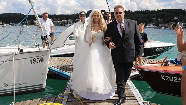 Die hübsche Braut in spe wurde von ihrem Vater im Boot zu ihrem Künftigen gebracht. (Bild: Uta Rojsek Wiedergut)