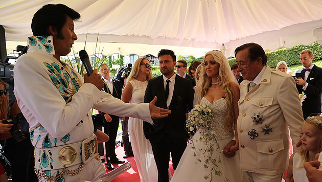 """Ein Elvis-Imitator vollzog die Verlobungszeremonie in der """"Wedding Chapel"""" des Casinos Velden. (Bild: Uta Rojsek-Wiedergut)"""