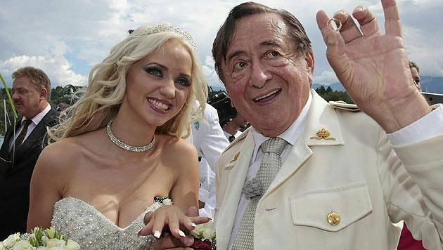 """Diesen Verlobungsring, im Wert von angeblich 500 Euro, steckte Lugner """"Spatzi"""" an den Finger. (Bild: APA/GERT EGGENBERGER)"""