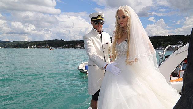 Im weißen Kleid entstieg Cathy Schmitz ihrem Boot und eilte ihrem Liebsten entgegen. (Bild: Uta Rojsek Wiedergut)