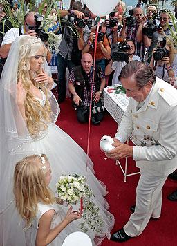 Nach der Zeremonie ließen die Verlobten weiße Tauben fliegen. (Bild: APA/GERT EGGENBERGER)