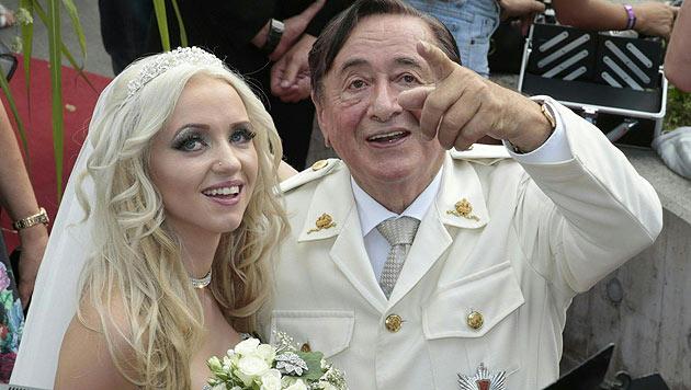 """Richard Lugner und """"Spatzi"""" bei ihrer Verlobungsfeier in der """"Wedding Chapel"""" im Casino Velden. (Bild: APA/GERT EGGENBERGER)"""