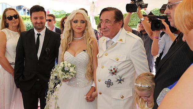 """Die Braut ist gerührt: Richard Lugner hat am Wörthersee um die Hand von """"Spatzi"""" angehalten. (Bild: Uta Rojsek Wiedergut)"""