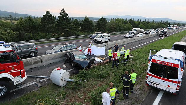 Kärntner prallt mit Auto gegen Betonsockel - tot (Bild: Presseteam der Feuerwehr Wiener Neustadt)