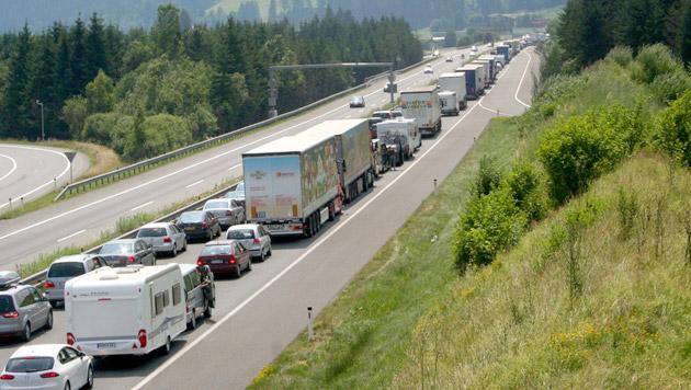 Reisewelle: Kilometerlange Staus auf Transitrouten (Bild: APA/AKTIVNEWS/G.M/)