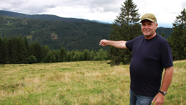 Retter Franz Rossmann zeigt zum Waldstück, in dem er den Verletzten entdeckte. (Bild: Josef Fürbass)