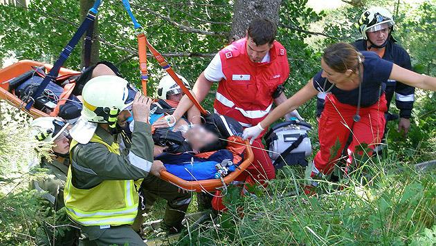 Die Rettung der Schwerverletzten gestaltete sich für die Helfer nicht einfach. (Bild: APA/FF HOHENBERG/OBI SIEGFRIED WARTA)