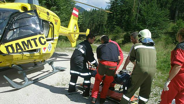 Mit dem Rettungshubschrauber wurde die 32-Jährige ins Spital geflogen. (Bild: APA/FF HOHENBERG/OBI SIEGFRIED WARTA)