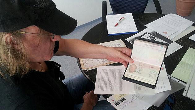 Markus Baumann mit seinem Fremdenpass, der im Jahr 2010 ablief und nicht verlängert wurde. (Bild: Andreas Moser)