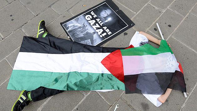 Gaza-Flashmob vor der Staatsoper in Wien (Bild: APA/Hans Punz)