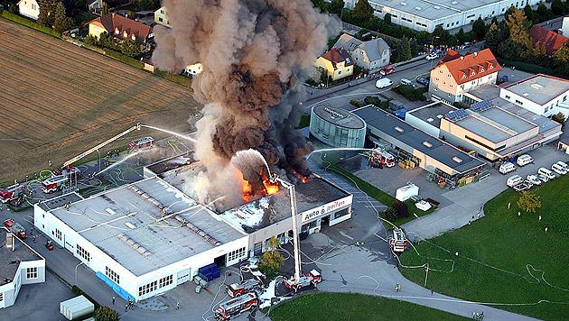 """Reifenhalle in NÖ: Feuerwehr meldet """"Brand aus"""" (Bild: APA/Paul Plutsch)"""