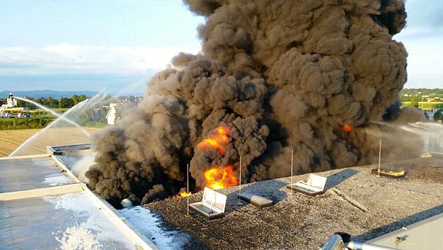 Reifenlager in Niederösterreich brannte lichterloh (Bild: APA/Bezirksfeuerwehrkommando Amstetten)