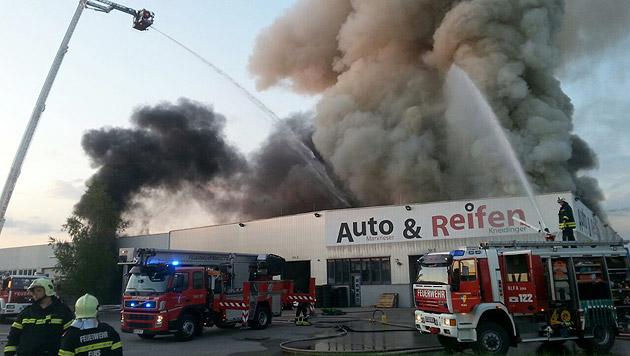 Reifenlager in Niederösterreich brannte lichterloh (Bild: Einsatzdoku.at)