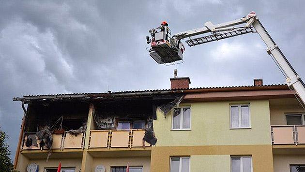 Sechs Menschen wurden beim Brand in einem Mehrparteienhaus verletzt und ins Spital gebracht. (Bild: APA/EINSATZDOKU.AT)